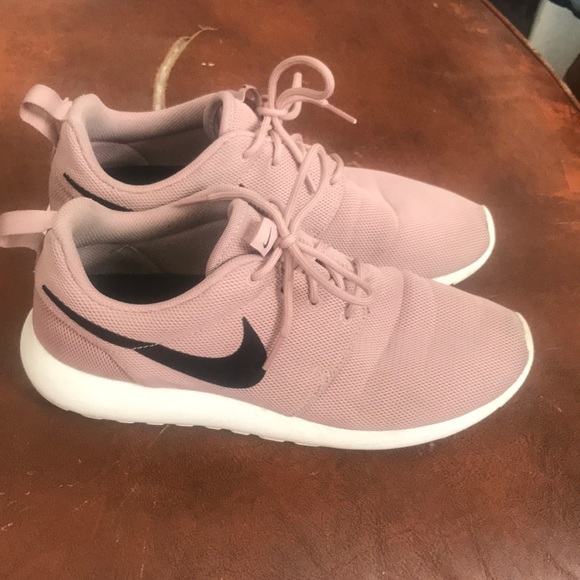 new product 8fcdf d0194 NIKE ROSHE Coral Stardust size 10. M 5b05d59c3800c5a0caaa418f